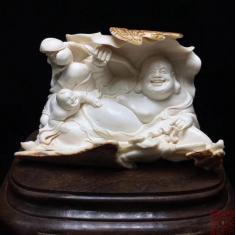 """猛犸象牙-弥勒佛摆件-童子戏弥勒 雕刻荷花表示和谐 弥勒佛表示""""量大福大"""",提醒世人学习包容。"""