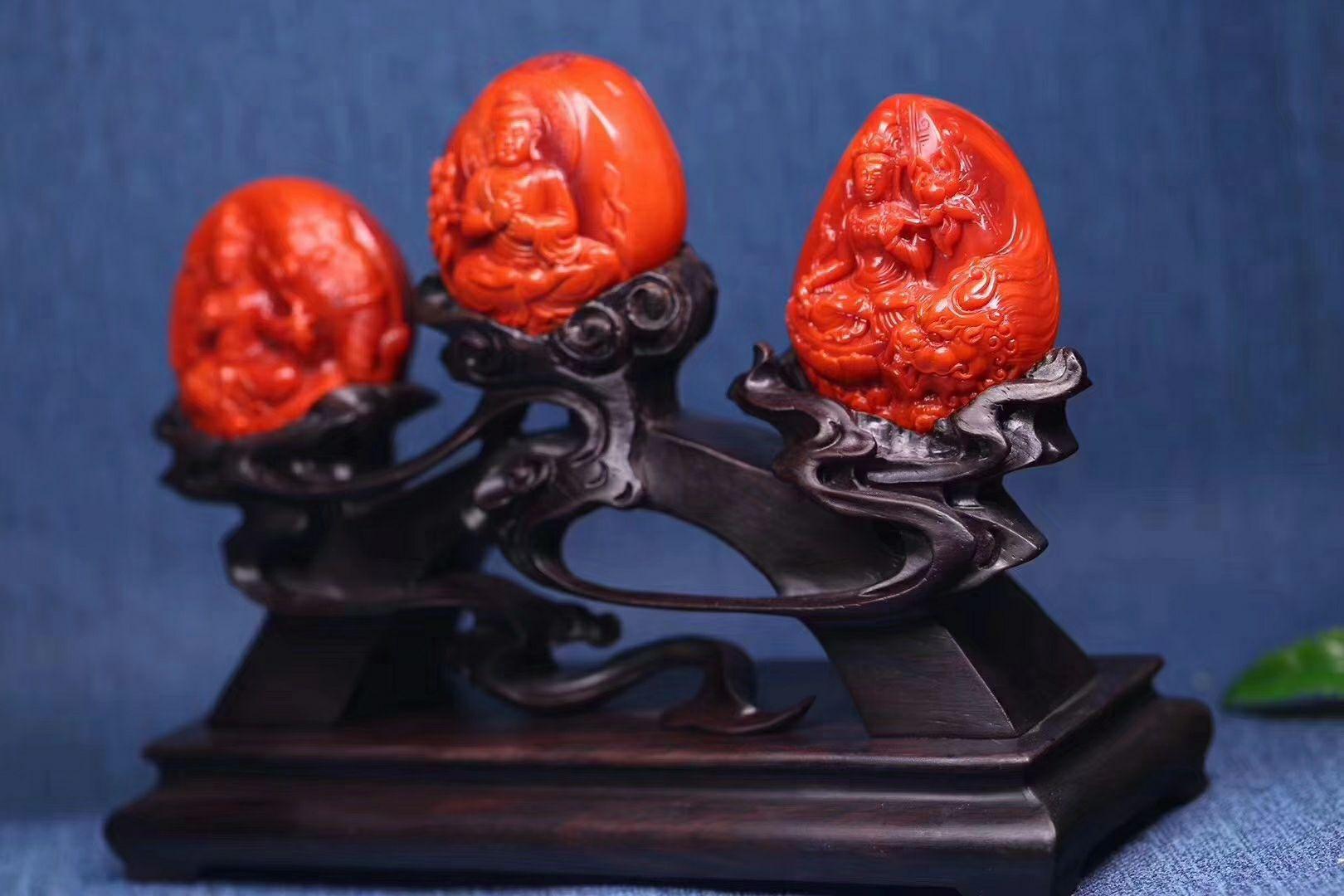 """极品瓦西料""""华严三圣"""",满肉柿子红,传统开脸,工艺顶级,还是摆件,这最难得。在华严经中,文殊菩萨以智、普贤菩萨以行辅佐释迦牟尼佛的法身毗卢遮那佛,故""""释迦三尊""""又被称为""""华严三圣""""。取1尺寸60.50.38,145.6克,三尊都是锦红色"""